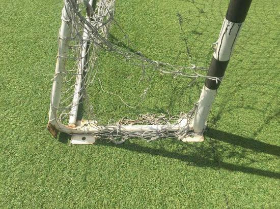 На калининградскую школьницу рухнули футбольные ворота