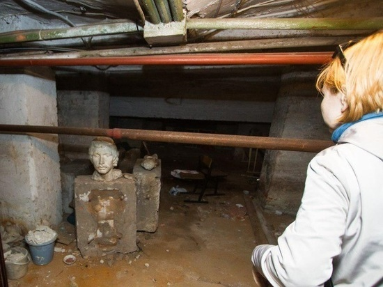 Призраки и тайники с сокровищами: в подвале калининградской школы нашли таинственные скульптуры