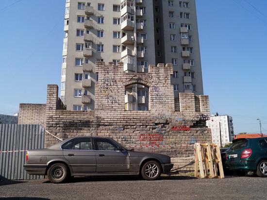 Калининградской школьнице оторвало ногу куском кирпичной стены
