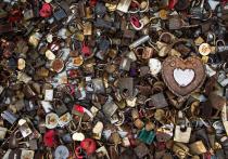 Искали по приметам: калининградцы забирают замки любви с Медового моста